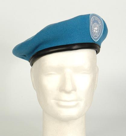 Barett mit Abzeichen,orig. Bw hellblau (UN) neu
